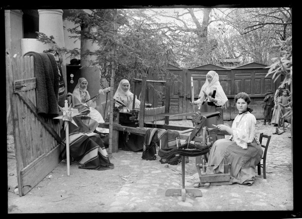 ~Femeile din România și războiului de cusut~